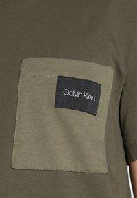 Calvin Klein - CONTRAST POCKET  - T-shirt con stampa - green - 4