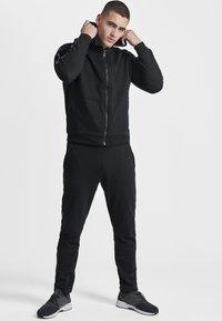 Hummel - HMLSCORPIUS  - Zip-up hoodie - black - 1