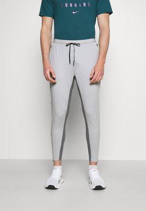 ELITE PANT - Tracksuit bottoms - light smoke grey/smoke grey/reflective silver