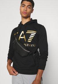 EA7 Emporio Armani - Collegepaita - black/gold - 3