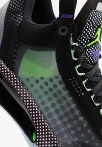 Jordan - AIR XXXII - Koripallokengät - black/white/vapor green/bleached coral - 5