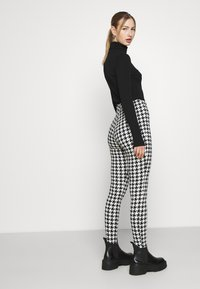 Monki - SARAH - Leggingsit - white/black - 3