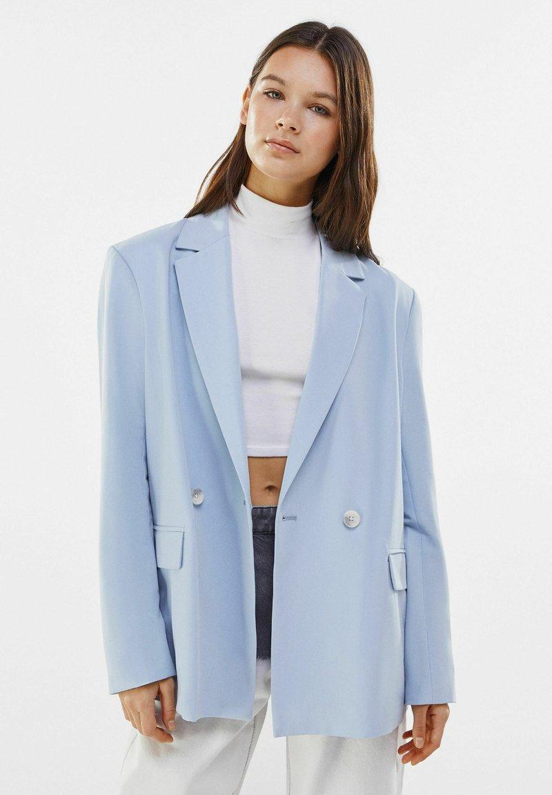 Bershka - MIT KNÖPFEN  - Short coat - light blue
