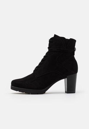 BOOTS - Stivaletti con plateau - black