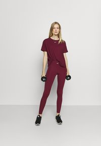 Nike Performance - AEROADAPT - Camiseta estampada - dark beetroot/metallic silver - 1