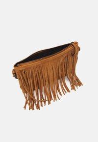 PARFOIS - CROSSBODY BAG FINGERS - Across body bag - camel - 2