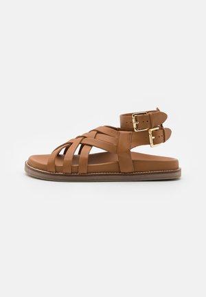 SAMARA - Sandaalit nilkkaremmillä - tan