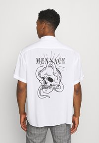 Mennace - SKULLS HEAD - Camicia - white - 0