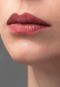 Korres - MORELLO MATTE LASTING LIP FLUID - Liquid lipstick - 10 damask rose - 2