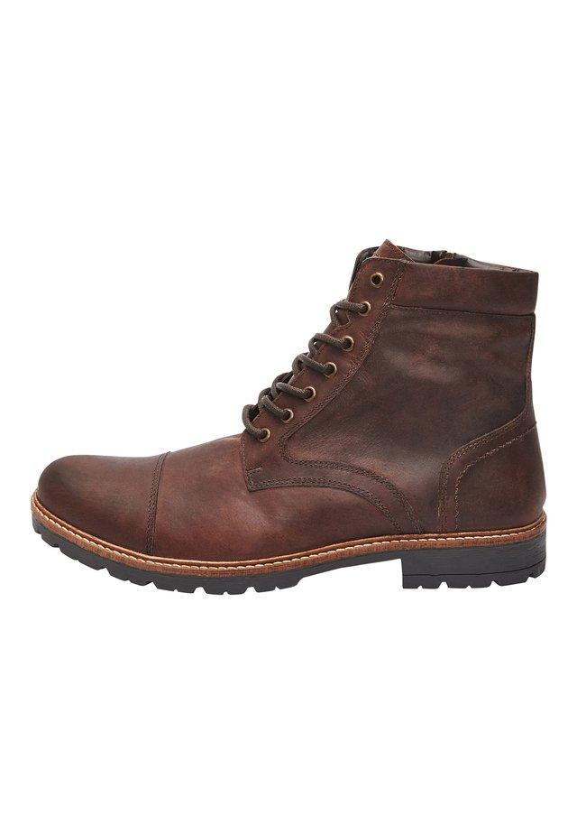 BROWN LEATHER ZIP BOOTS - Botki sznurowane - brown