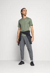 Nike Performance - DRY MILER - T-Shirt print - juniper fog/juniper fog/reflective silver - 1