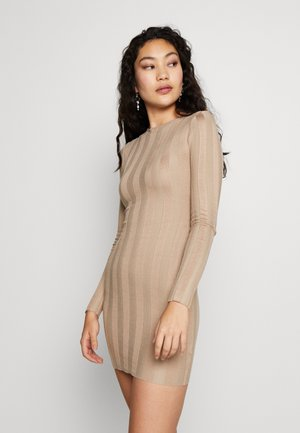 EXTREME CREW MINI DRESS WITH BUTTON SHOULDER - Pletené šaty - sand