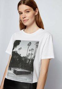 BOSS - EIMA - Print T-shirt - natural - 3