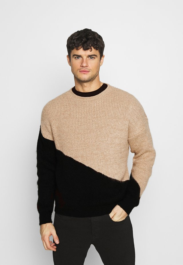 DIAGONAL SPLICE CREW NECK - Jumper - sand