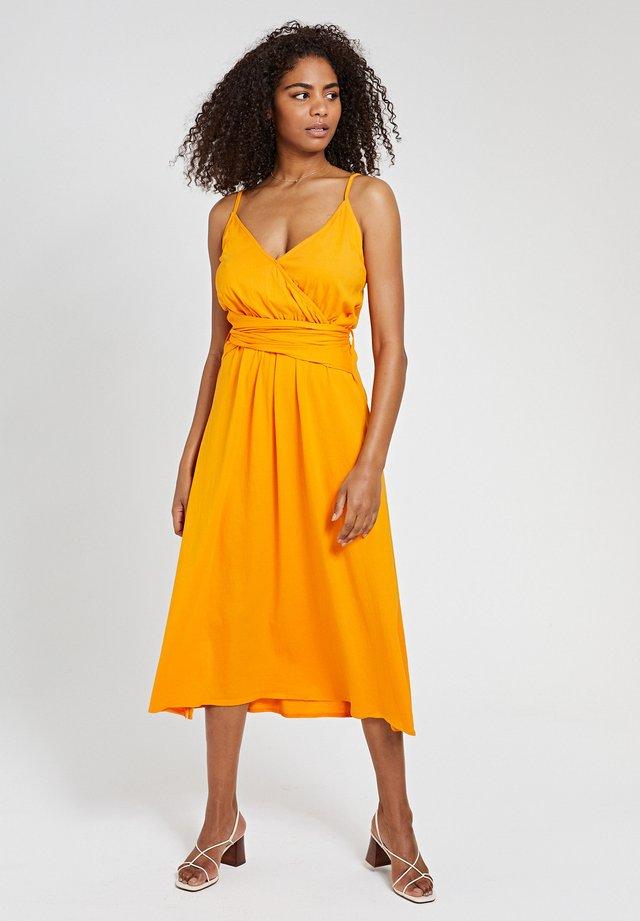Vapaa-ajan mekko - satsuma spritz yellow
