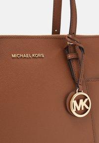 MICHAEL Michael Kors - JET SET - Torebka - luggage - 4