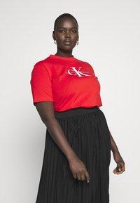 Calvin Klein Jeans Plus - MONOGRAM STRAIGHT - T-shirt con stampa - fiery red - 0