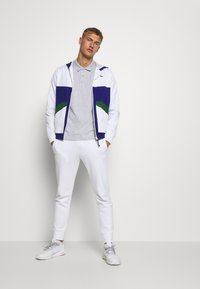 Lacoste Sport - TENNIS JACKET - Trainingsjacke - white/cosmic-green