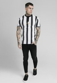 SIKSILK - T-shirt con stampa - black  white - 1