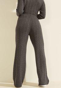 Guess - STRICKHOSE ZOPFMUSTER - Trousers - grau - 2