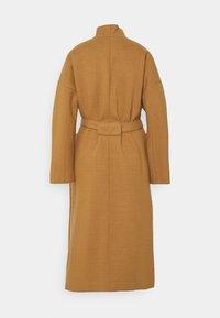 Marc O'Polo PURE - COAT ELONGATED OVERLAPP V-NECK  BELT BIG PATCH  - Classic coat - gold amber - 1