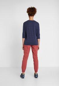 Columbia - FIRWOOD CAMP PANT - Pantalon classique - dusty crimson - 2