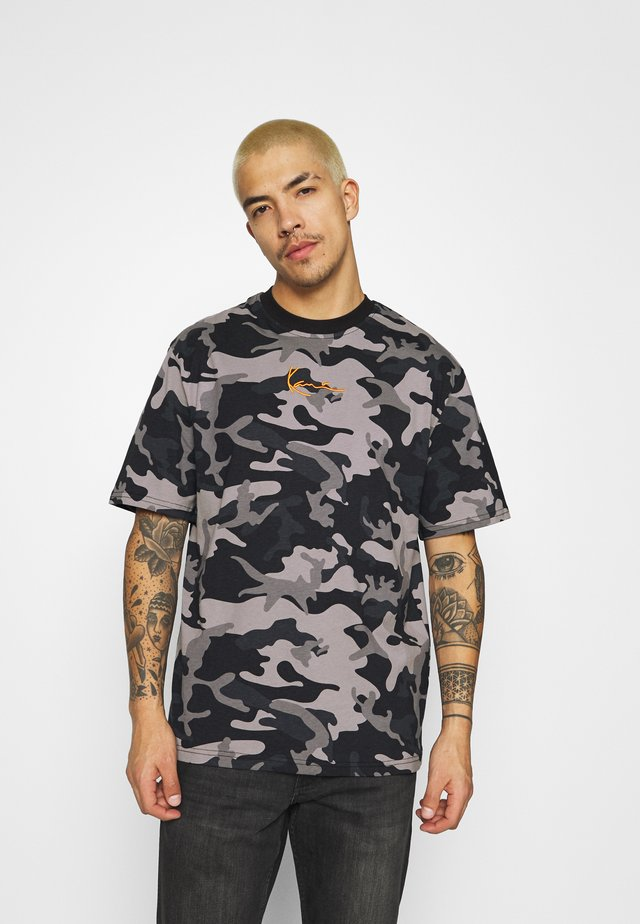 SMALL SIGNATURE CAMO TEE - Camiseta estampada - black