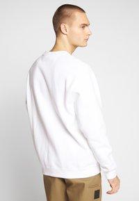 Nike Sportswear - Collegepaita - white/black - 2