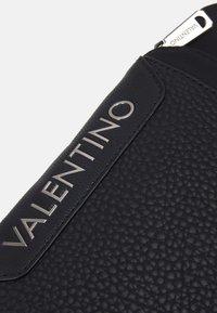 Valentino Bags - BEN CROSSBODY - Taška spříčným popruhem - nero - 3
