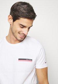 Tommy Hilfiger - COOL SMALL TEE - T-shirt z nadrukiem - white - 3