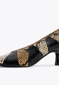 Uterqüe - MIT PRINT - Classic heels - black - 5