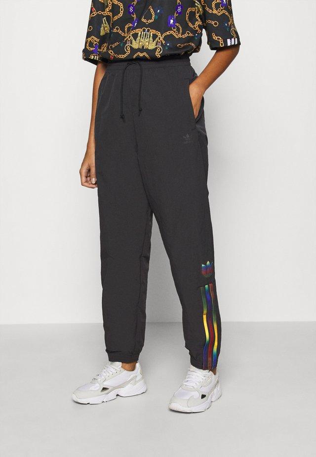 PAOLINA RUSSO ADICOLOR SPORTS INSPIRED MID RISE PANTS - Teplákové kalhoty - black