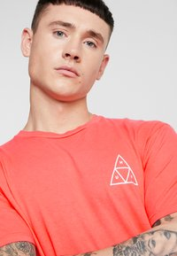 HUF - ESSENTIALS TEE - Print T-shirt - cayenne - 3
