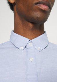 TOM TAILOR - REGULAR SMART SLUB - Shirt - light blue chambray - 5