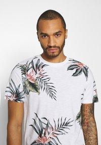 Jack & Jones - JPRHOLIDAY TEE CREW NECK - T-shirt med print - white - 3