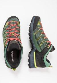 Salewa - MTN TRAINER LITE GTX - Hikingsko - feld green/fluo coral - 1