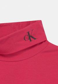 Calvin Klein Jeans - MONOGRAM ROLL NECK - T-shirt à manches longues - raspberry smoothie - 2