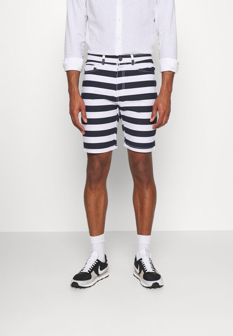 Newport Bay Sailing Club - STRIPE - Shorts - main white/navy