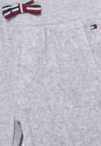Tommy Hilfiger - BABY - Trousers - grey - 2