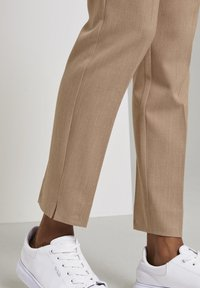 mine to five TOM TAILOR - MIT BUNDFALTEN - Chinos - camel melange - 4