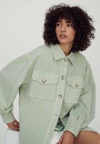 PULL&BEAR - Lehká bunda - mottled light green - 4