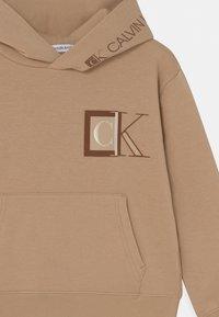 Calvin Klein Jeans - MONOGRAM BLOCK LOGO HOODIE - Sweatshirt - summer stone - 2