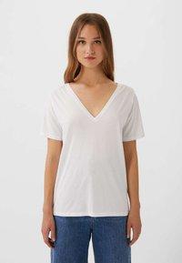 Stradivarius - MIT V-AUSSCHNITT  - T-shirts basic - white - 0