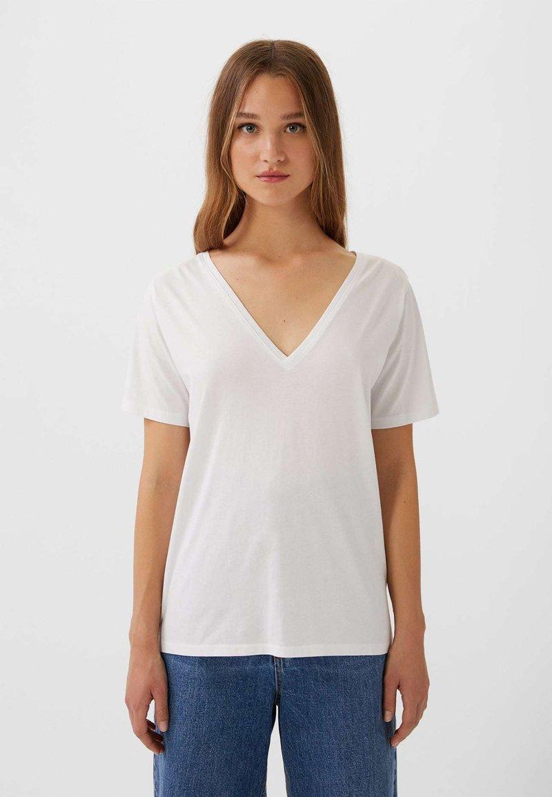 Stradivarius - MIT V-AUSSCHNITT  - T-shirts basic - white