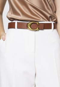 Coach - SCULPTED REVERSIBLE BELT - Gürtel - black/saddle - 1