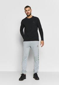 Hummel - HMLNATHAN PANTS - Pantalones deportivos - quarry - 1