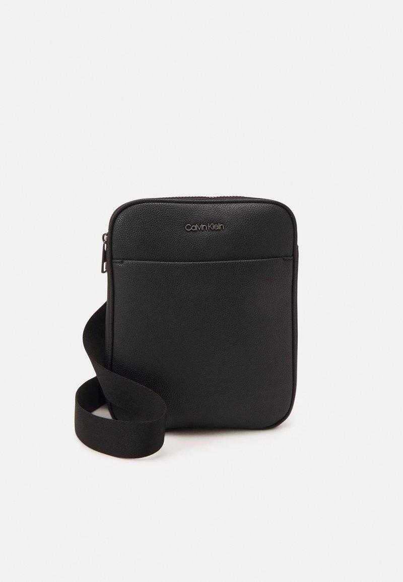 Calvin Klein - FLATPACK UNISEX - Taška spříčným popruhem - black