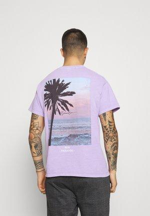 NEW PARADISE REGULAR - Print T-shirt - purple
