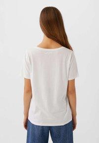 Stradivarius - MIT V-AUSSCHNITT  - T-shirts basic - white - 2
