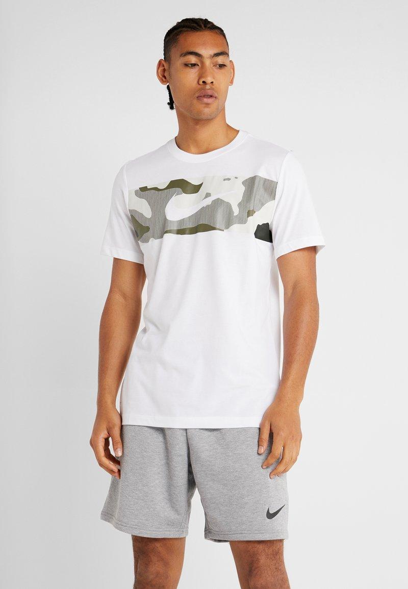 Nike Performance - DRY TEE CAMO BLOCK - Printtipaita - white
